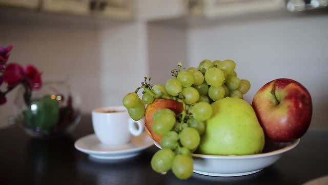 vidéos et rushes de tasse chaude de café - café chaud, fruit frais et fleurs comme décoration - infusion pamplemousse