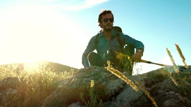 vídeos y material grabado en eventos de stock de día caliente en montaña - escalada en rocas