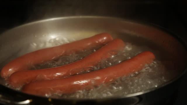 Cachorros-quentes em água fervente - vídeo