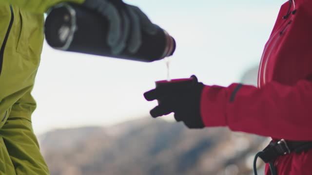 heißes getränk im schnee - eisklettern stock-videos und b-roll-filmmaterial