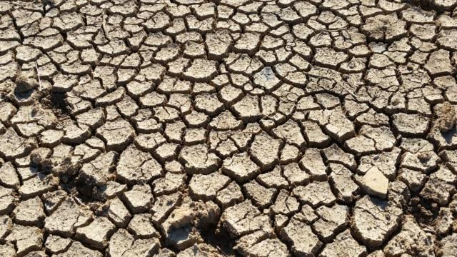 高温干ばつひび枯れ河床の粘土の泥ダストパン - 乾燥点の映像素材/bロール
