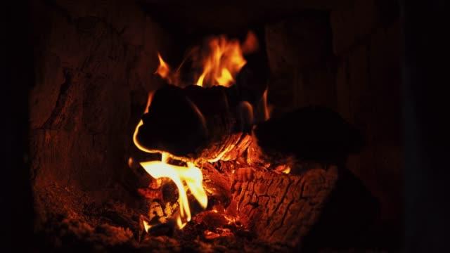vídeos de stock e filmes b-roll de hot fire on dry firewood in brick furnace. - burned oven