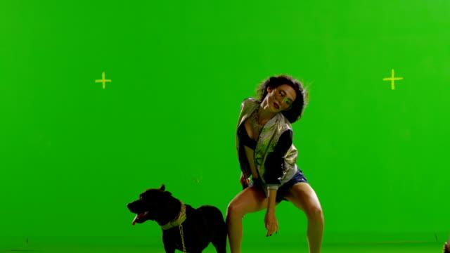ホットの少女ダンスをお楽しみいただけます。mad ピットブル、ていただきます。本物のストローブライトボディに。スローモーションます。緑色の画面が表示されます。赤い叙事詩で撮影されたシネマカメラ。 - 誘惑点の映像素材/bロール