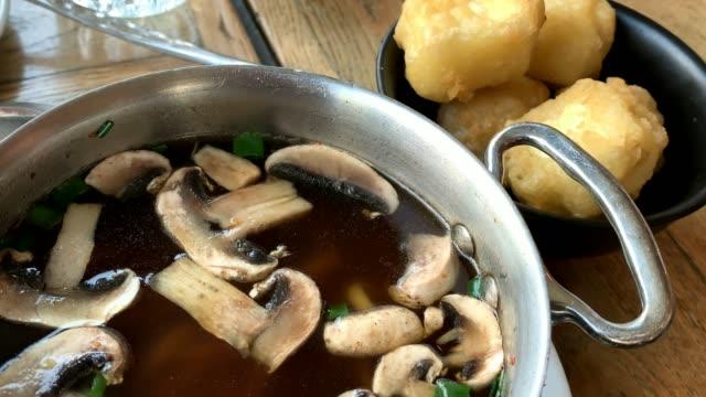 het japansk soppa med svamp, nudlar och tofu i en metallpanna. 4k - misosås bildbanksvideor och videomaterial från bakom kulisserna
