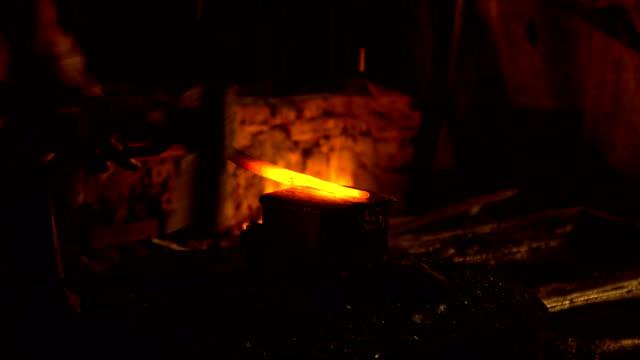 pezzo in metallo caldo per la fabbricazione di acciaio rivestito sull'incudine - fabbro ferraio video stock e b–roll