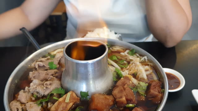 stockvideo's en b-roll-footage met hete potvlees soep - groentesoep