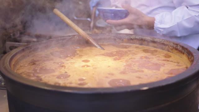 varm kruka köttsoppa - buljong bildbanksvideor och videomaterial från bakom kulisserna