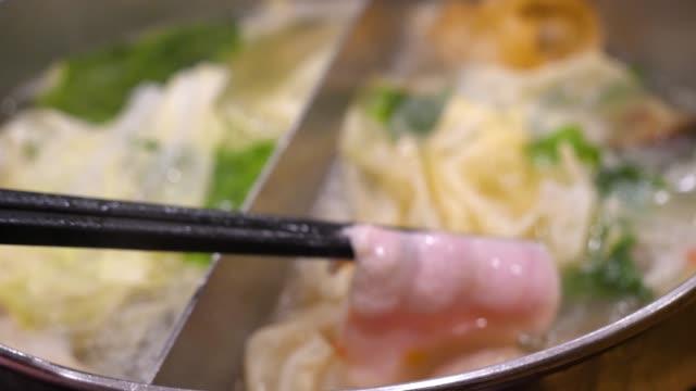 レストランで 4 k 鍋しゃぶしゃぶ - ブタ点の映像素材/bロール