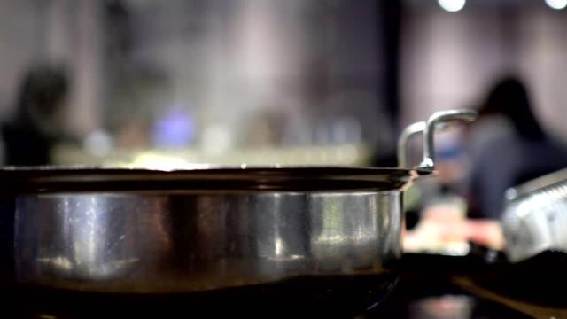 vídeos de stock, filmes e b-roll de panela quente com sopa fervida no restaurante. o fundo desfocado são os hóspedes que comem o jantar. - fine dining