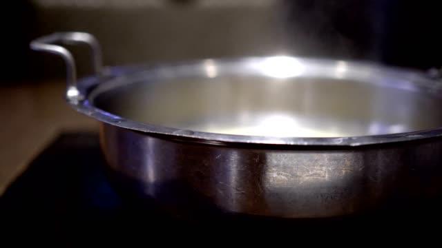 vídeos de stock, filmes e b-roll de panela quente com sopa fervida no restaurante. - fine dining
