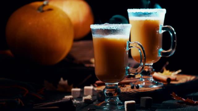 sıcak kabak pasta kokteyl - pumpkin stok videoları ve detay görüntü çekimi