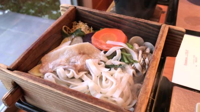 Sopa caliente de cerdo fideos udon, Tokio, Japón - vídeo