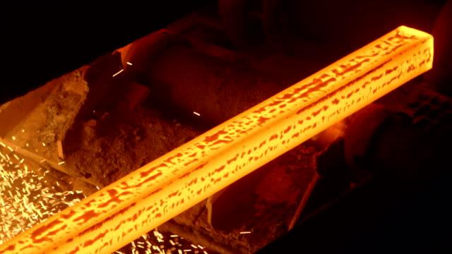 varmstål billets kontinuerlig gjutning vid en metallurgisk anläggning - järn bildbanksvideor och videomaterial från bakom kulisserna