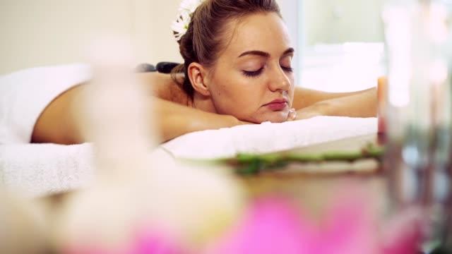 massage med varm sten av terapeut i spa. - människorygg bildbanksvideor och videomaterial från bakom kulisserna