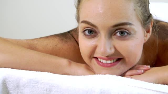 vídeos y material grabado en eventos de stock de tratamiento de masaje con piedras calientes por terapeuta en spa. - espalda humana
