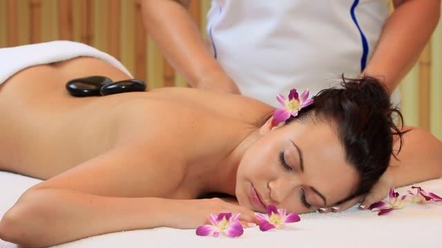 hot stone massage - terapia lastone filmów i materiałów b-roll