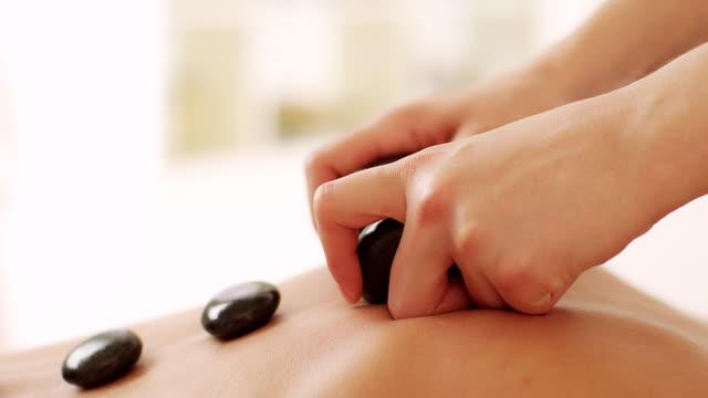 gorący kamień terapii - terapia lastone filmów i materiałów b-roll