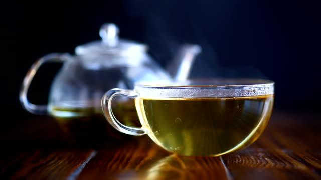 hot tea in a glass teapot - drewno tworzywo filmów i materiałów b-roll