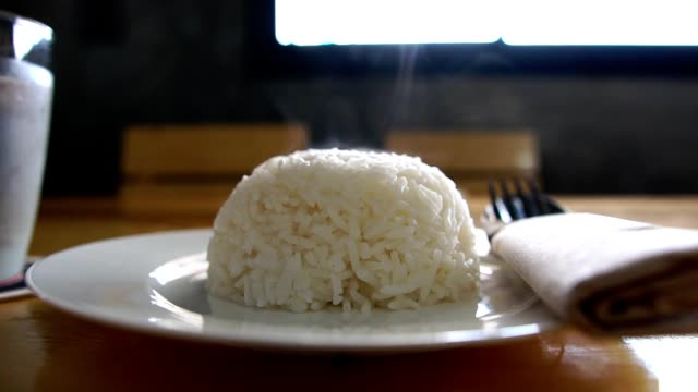 hot thai rice in the dish on the table - варёный стоковые видео и кадры b-roll