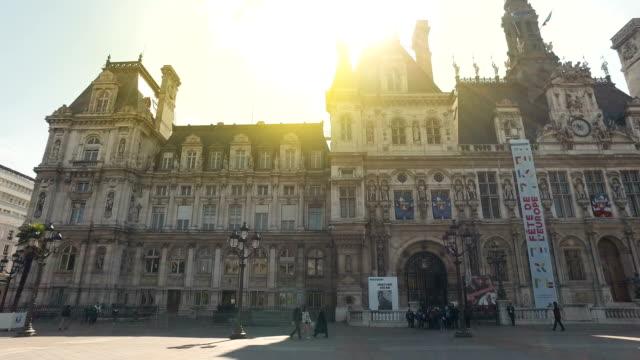 ホテル ・ デ ・ ヴィル 2012 年 4 月 8 日にパリの日の出。オテル ・ ド ・ ヴィル、市庁舎は、パリ市内の管理を収容する建物です。 - 都市 モノクロ点の映像素材/bロール