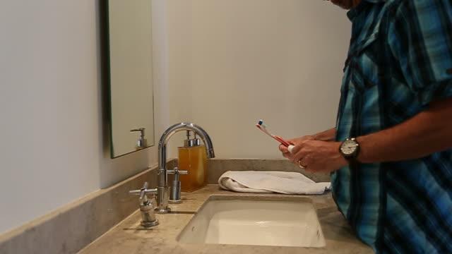 hotel man zähne putzen speichern wasser - wassersparen stock-videos und b-roll-filmmaterial