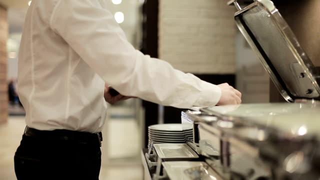 отель утро питание - фуршет стоковые видео и кадры b-roll