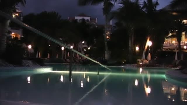 hotel basen w nocy odbicia w wodzie, nikt nie-hd - staw woda stojąca filmów i materiałów b-roll