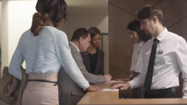Hotel Receptionists Working with Guests - vídeo