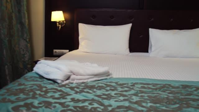 Chambre d'hôtel. scène. Belle chambre d'hôtel avec un lit double - Vidéo