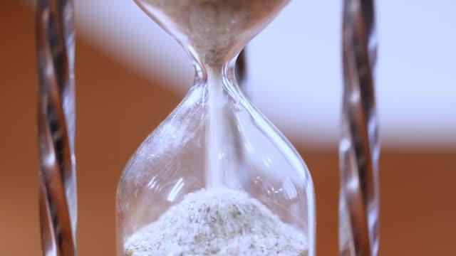 vídeos y material grabado en eventos de stock de reloj de arena como concepto de pasar tiempo para negocio plazo, urgencia y quedarte sin tiempo. - reloj de arena