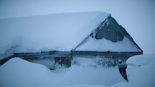 hus täckt med snö till roo - djupsnö bildbanksvideor och videomaterial från bakom kulisserna