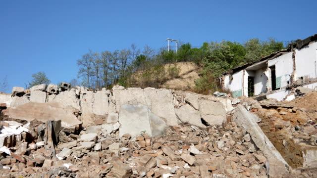 廃墟で取り壊されたり損傷を受けた家 - 残骸点の映像素材/bロール
