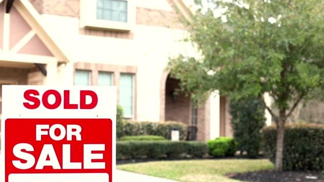 vidéos et rushes de maison à vendre avec l'immobilier signent dans la cour. - vendre