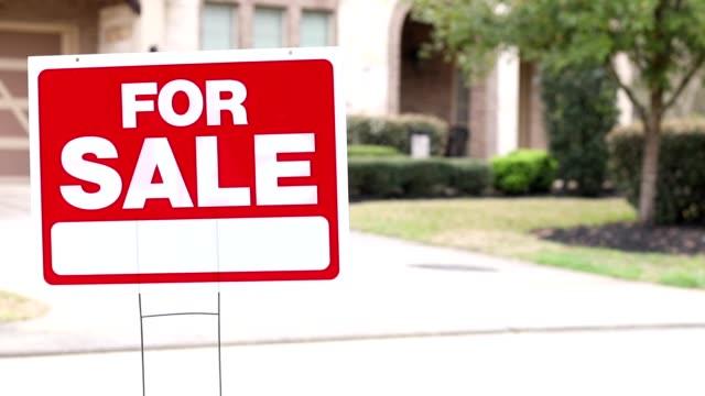 vídeos y material grabado en eventos de stock de casa en venta con letrero inmobiliario en patio. - propiedad inmobiliaria