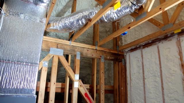 hus värmesystem rör, ventiler närbild installation av värmesystem på taket - ventilation bildbanksvideor och videomaterial från bakom kulisserna
