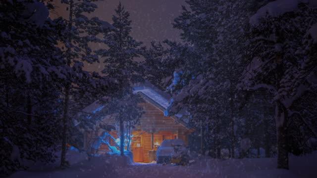 haus im wald bei nacht und schneefall uhd - landhaus stock-videos und b-roll-filmmaterial