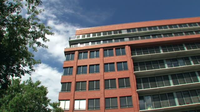 house - modern office - kontorsbyggnad bildbanksvideor och videomaterial från bakom kulisserna