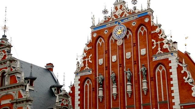 huset pormaskar och st. peter's church i riga lettland - peter the apostle bildbanksvideor och videomaterial från bakom kulisserna