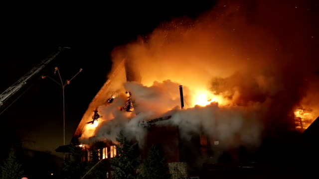 casa in fiamme. conflagrazione di inferno. - bruciato video stock e b–roll