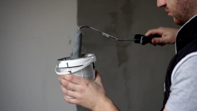 vídeos de stock e filmes b-roll de house painting and construction worker with paint roller - obras em casa janelas