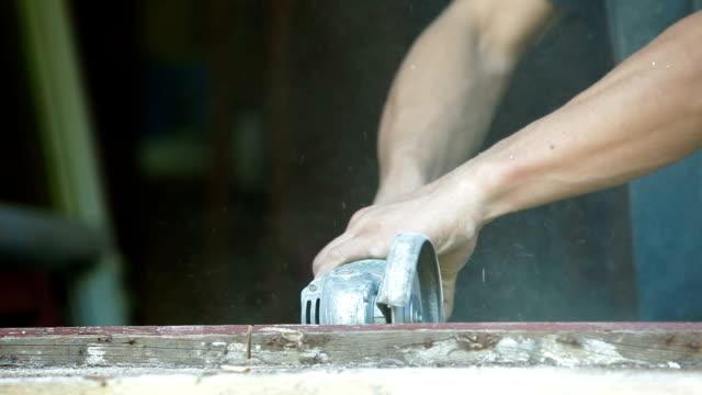 vídeos de stock e filmes b-roll de casa renovação-demolir antiga moldura de janela - obras em casa janelas