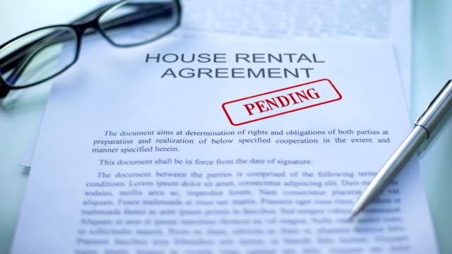 vidéos et rushes de contrat de location de maison dans l'attente, main de fonctionnaires estampage seal, document d'entreprise - notaire