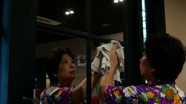 housekeeper cleaning mirror video