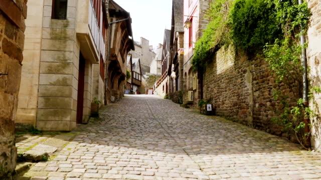 houses at the street of dinan - francja filmów i materiałów b-roll