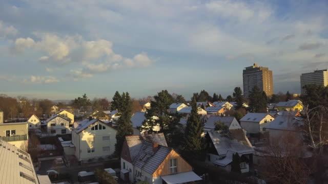 aerial: häuser mit schönem weißen schnee bedeckt / / sonniges winterwunderland in deutschland (4k) - schneeflocke sonnenaufgang stock-videos und b-roll-filmmaterial