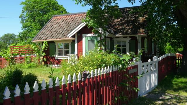 britisches skandinavischen dorf auf dem lande in der nähe von stockholm, schweden - landhaus stock-videos und b-roll-filmmaterial