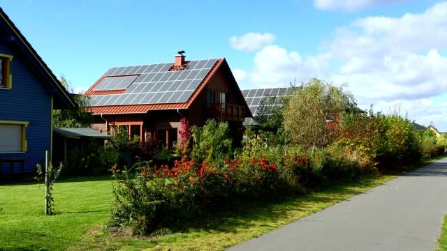 vídeos de stock e filmes b-roll de casas com painéis solares - equipamento solar