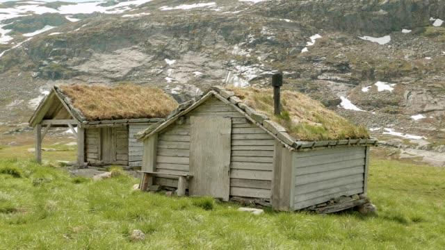 hus med gräset på taket, norge. - roof farm bildbanksvideor och videomaterial från bakom kulisserna