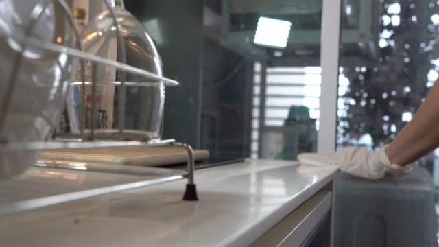 hausfrau hände mit weißen handschuhen desinfiziert desinfiziert und saubere küche, spray wischen zähler oberflächen bereich, zu hause, stoppen virus von der ausbreitung, corona-virus covid19, tötung von keimen, gesundheitskonzept - küchenzubehör stock-videos und b-roll-filmmaterial