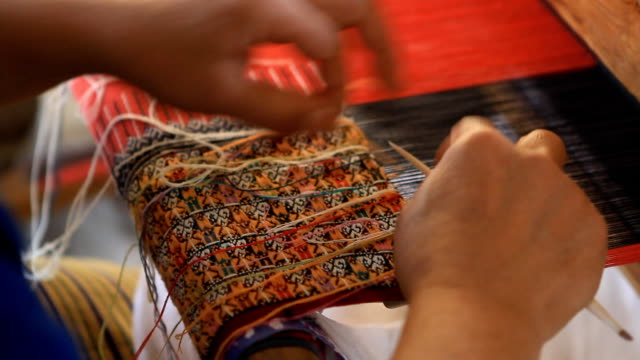 vídeos de stock, filmes e b-roll de dona de casa tecido de algodão tecido na tailândia - cultura tailandesa